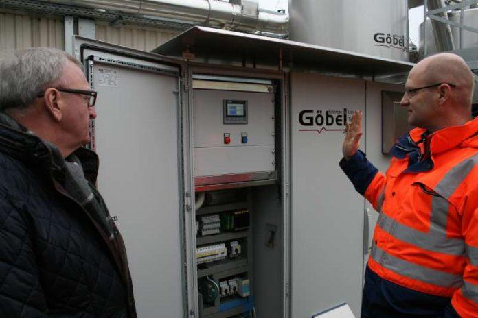 Die Technik des neuen Blockheizkraftwerks erläuterte Andreas Brosi (r.) Landrat Ernst Walter Görisch. (Foto: Simone Stier)