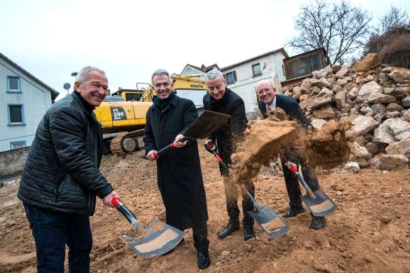 OB Peter Feldmann bei Baubeginn mit Ralf Scheffler, Frank Junker und Bernd Föll (Foto: Heike Lyding)
