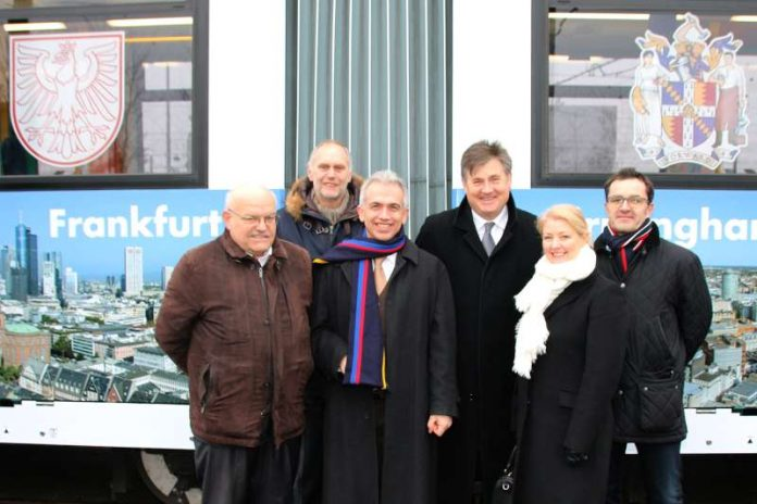 v.l.: Klaus Oesterling, Thomas Wissgott, Peter Feldmann, Mayor Rice, Mayoress Curry, Techniker der VGF (Foto: Bernd Kammerer)