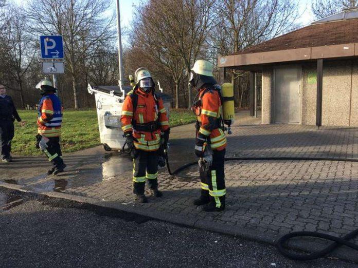 Der Müllcontainerbrand wurde abgelöscht (Foto: Feuerwehr)