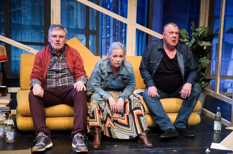 """Hans Fleischmann (Johannes), Christina Rubruck (Anne), Olaf Weissenberg (Eddi) in """"Wir sind die Neuen"""" (Foto: Annemone Taake)"""