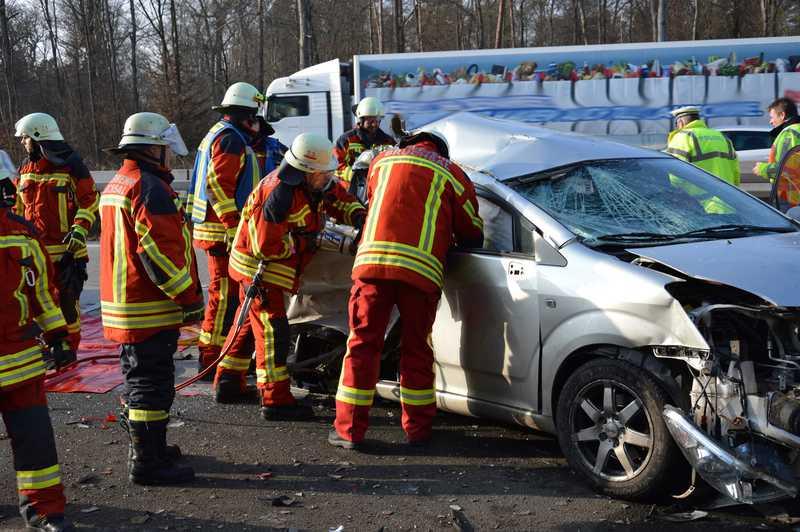 Schweres Gerät musste zur Rettung der Verletzten eingesetzt werden