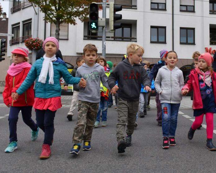 Zu Fuß zur Schule – aber sicher: Kinder beim Mobilitätstag 2016 an einer Heidelberger Grundschule. (Foto: Peter Dorn)