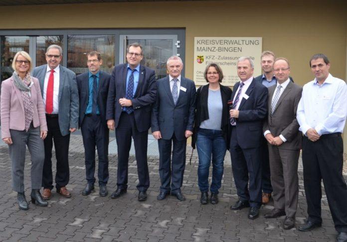 Vor der neuen Kfz-Zulassungsstelle in Bingen (Foto: Kreisverwaltung Mainz-Bingen)