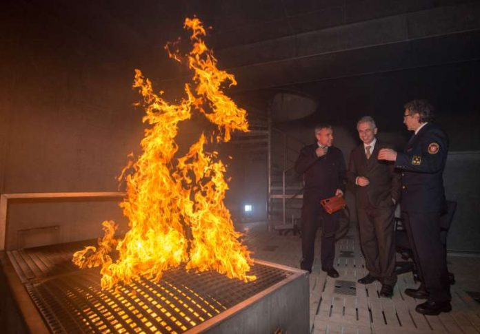 OB Peter Feldmann besucht das Rettungs- und Trainingszentrum der Feuerwehr (Foto: Bernd Kammerer)