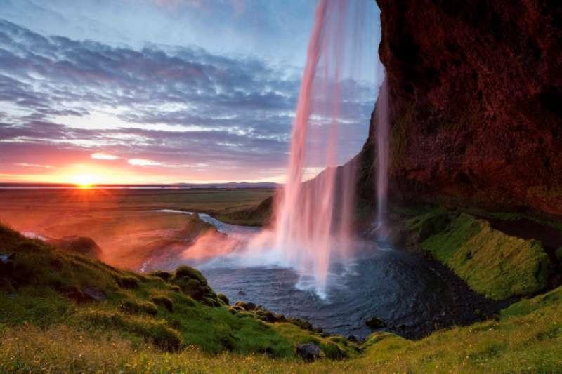 Es sieht aus wie gemalt, ist aber echt: das Seljalandsfoss auf Island im schönsten Morgenlicht. (Foto: Olaf Krüger)