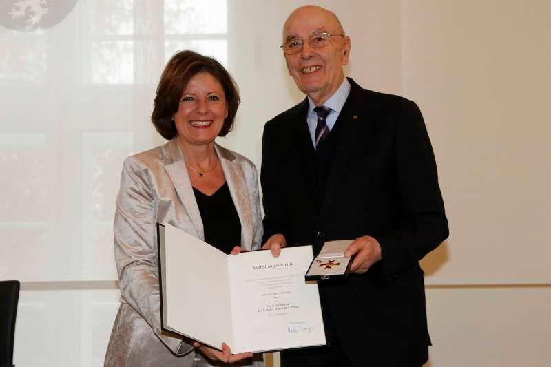 Ministerpräsidentin Malu Dreyer verleiht den Landesverdienstorden an Dr. Hans Friderichs aus Mainz  (Foto: Staatskanzlei RLP/ Sämmer)