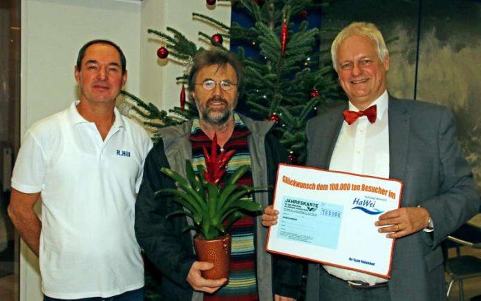 Karl-Heinz Spilger aus Rimbach ist der diesjährige 100.000. Badegast (Foto: Stadtwerke Weinheim)