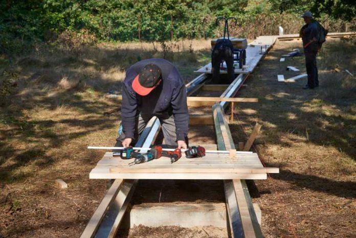 Bau des neuen Bohlenweges in der Schwanheimer Düne (Foto: Stefan Cop)
