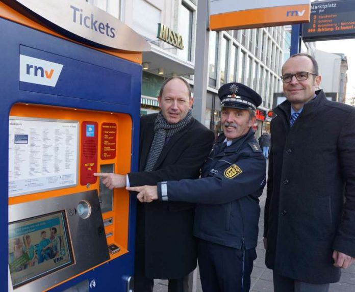 Erster Notruf-Knopf an rnv-Haltestelle installiert (Foto: Stadt Mannheim)