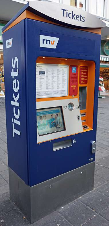 Der Fahrkartenautomat an der Haltestelle Marktplatz ist der erste, an dem der Notruf-Knopf installiert wurde (Foto: Stadt Mannheim)
