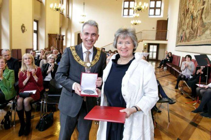 OB Peter Feldmann überreicht die Ehrenplakette an Claudia von Lewinski (Foto: Stefanie Kösling)