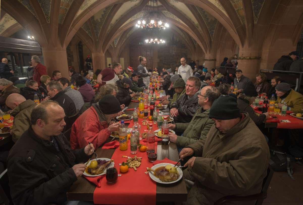 Obdachlose beim Weihnachtsessen in den Römerhallen (Foto: Bernd Kammerer)