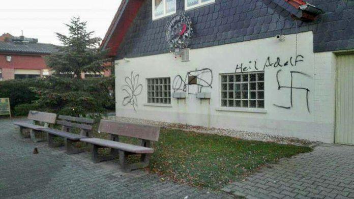 Die Fassade dieses Hauses wurde mit verbotenen Sprüchen und Symbolen beschmiert