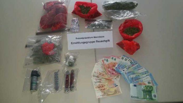 Insgesamt wurden mehr als 500 Gramm Marihuana, mehrere Tausend Euro mutmaßliches Dealgeld und verbotene Gegenstände nach dem Waffengesetz aufgefunden und beschlagnahmt