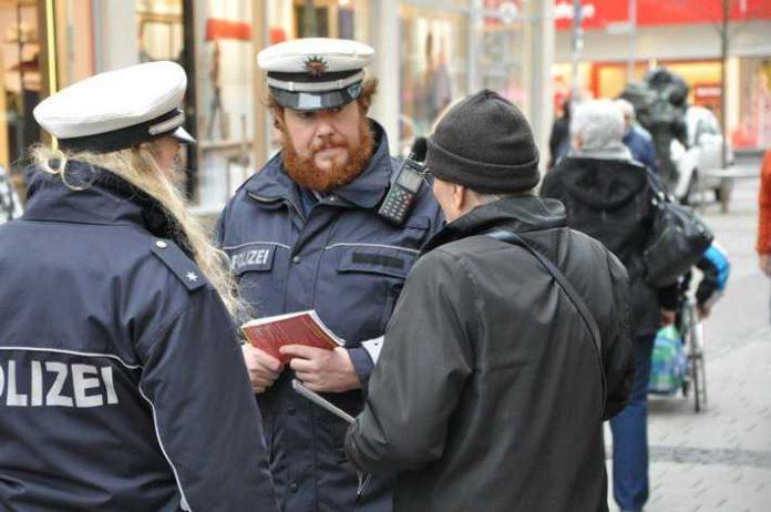 Ein besonderes Augenmerk auf Handtaschen, Rucksäcke und Umhängetaschen hatte am Donnerstag die Polizei in der Kaiserslauterer Innenstadt. Mit Flyern informierten die Beamtinnen und Beamten über Tipps gegen die Tricks von Taschendieben.