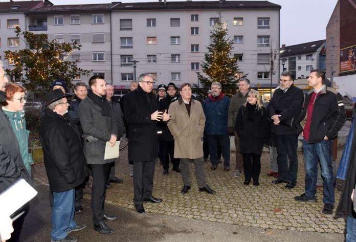 Oberbürgermeister Dr. Peter Kurz und Bürgermeister Lothar Quast beim Stadtteilspaziergang in Rheinau (Quelle: Stadt Mannheim, Bild: Thomas Tröster)