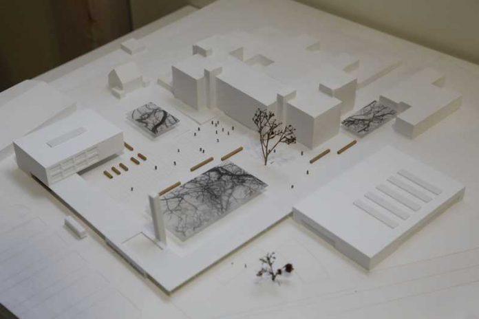 In Etappen werden die neuen Gebäude am Schulzentrum ab Sommer 2017 entstehen. Am linken Bildrand des Modells ist die Mensa zu sehen, die mit einem Dach mit der neuen Sporthalle (rechts) verbunden sein wird (Foto: Pfeifer)