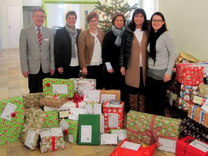 63 Geschenke für bedürftige Kinder im Kreis übergaben die Mitglieder des Serviceclubs Soroptimist International Club Mosbach an Fachdienstleiter Peter Kuhl-Bartholomeyzik. (Foto: Landratsamt)
