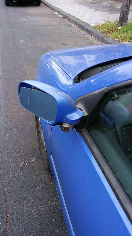 Ein Spiegel wurde beschädigt. Anschließend flüchtete der Unfallverursacher