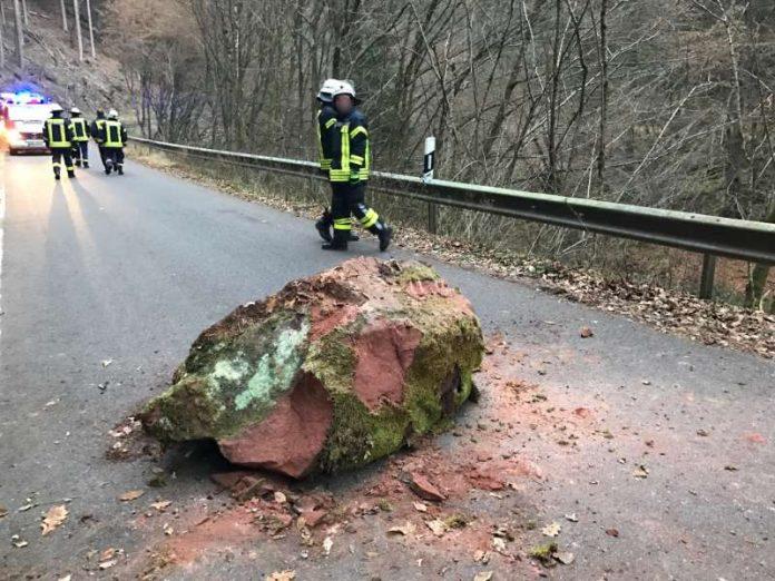 Ein Felsbrocken war auf die Straße gestürzt (Foto: Presseteam der Feuerwehr VG Lambrecht)