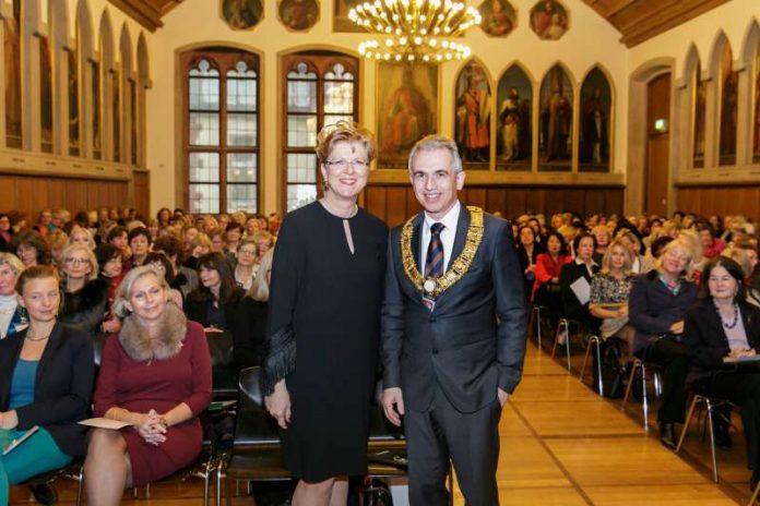 OB Peter Feldmann bei 'Christmas Tea' des International Women's Club mit IWC-Präsidentin Susanne Held (Foto: Stefanie Kösling)