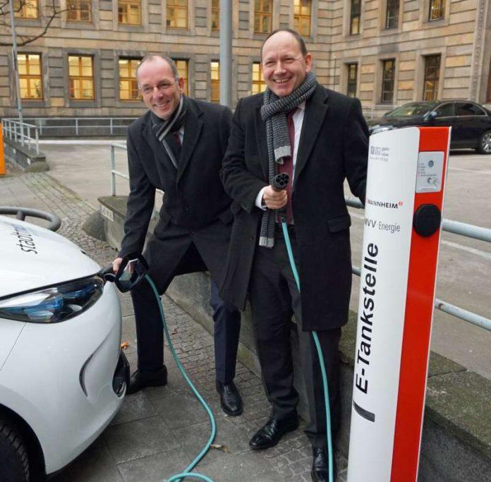 Mit einer ersten Ladung nehmen Erster Bürgermeister Christian Specht und Ralf Klöpfer, Vertriebsvorstand MVV Energie AG, die neue E-Tankstelle in Betrieb (Foto: Stadt Mannheim)