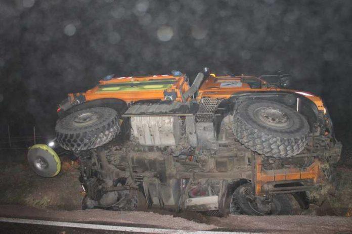 Verunfalltes Streufahrzeug