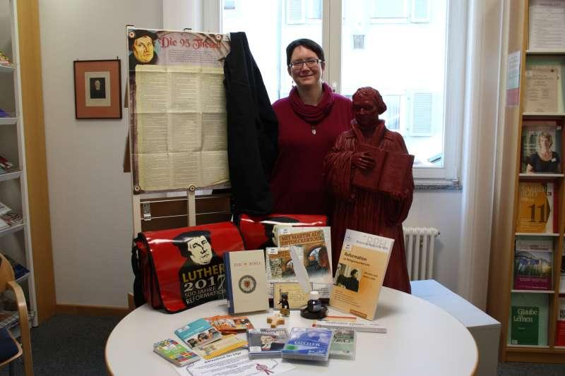 Vikarin Kira Seel mit dem von ihr zusammengestellten Medienpaket. (Foto: Landeskirche)