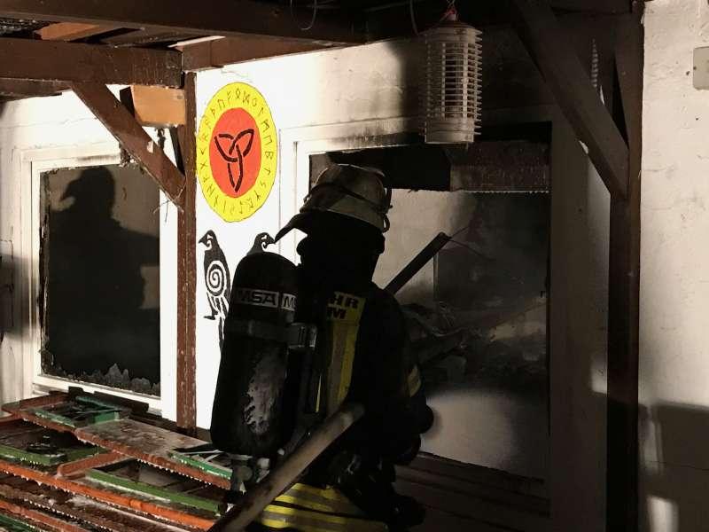 Die Feuerwehr beim Innenangriff (Foto: Feuerwehr Weinheim)