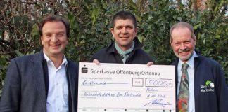 5.000 Euro überreichte Dr. Marcellus Bürkle, Präsident der Vogelfreunde Achern (M.), an Dr. Becker, Kurator Artenschutz im Zoo Karlsruhe (r.), und Zoodirektor Dr. Reinschmidt (Foto: Zoo Karlsruhe)