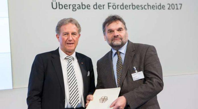 Staatssekretär Norbert Barthle und Bürgermeister Ingo Röthlingshöfer bei der Übergabe der Förderbescheide in Berlin (Foto: BMVI)