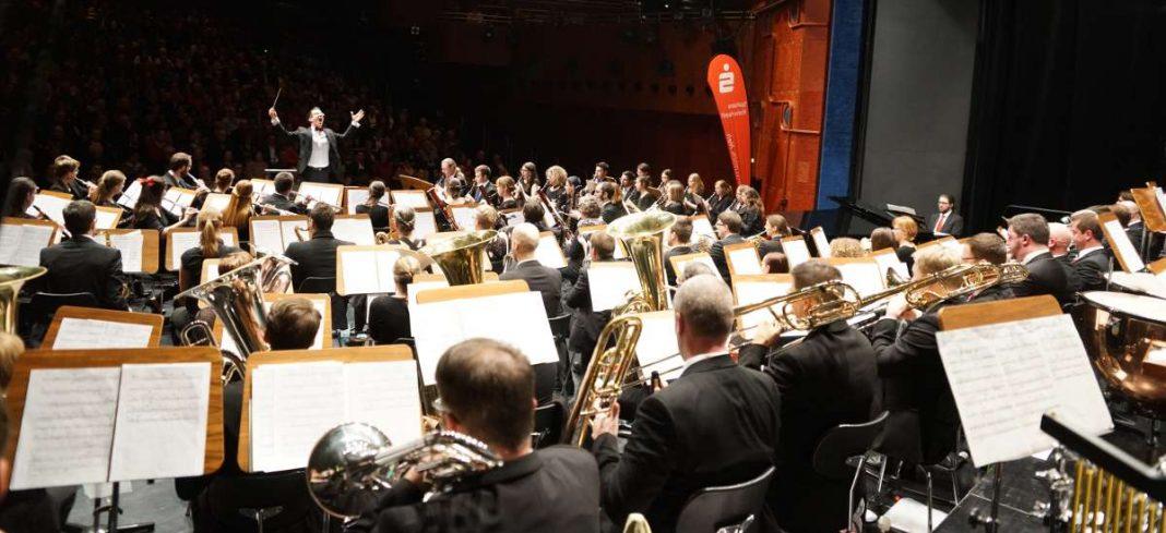 Die Bläserphilharmonie Deutsche Weinstraße (Leitung: Thomas Kuhn) beim Konzert am 21.01.2017 (Foto: Holger Knecht)