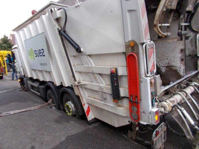 Das Müllfahrzeug ist in eingebrochen