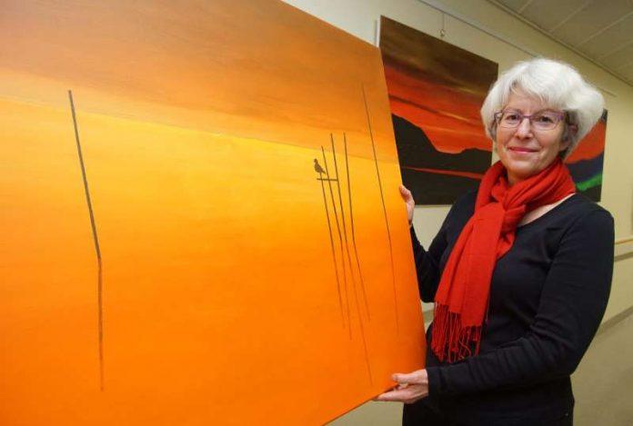 Die Hobbykünstlerin Veronika Petz zeigt bis zum 6. Januar (Freitag) im Kreiskrankenhaus Bergstraße in Heppenheim Malereien. (Foto: Kreiskrankenhaus Bergstraße/ Thomas J. Zelinger)