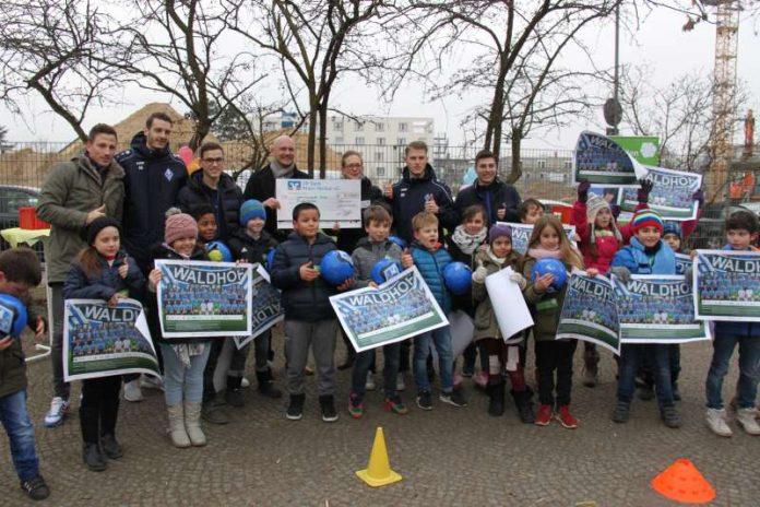 Auftakt KinderHelden Waldhof : Linn Schöllhorn nimmt dankend den Scheck von Herrn Kompp entgegen (Foto: KinderHelden)