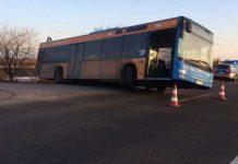 Der Bus steckte fest (Foto: Polizei RLP)