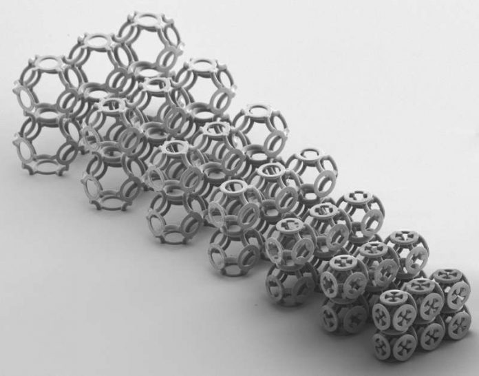 Die Ringstruktur des Metamaterials wurde von Kettenhemden aus der Ritterzeit inspiriert. (Bild: KIT)