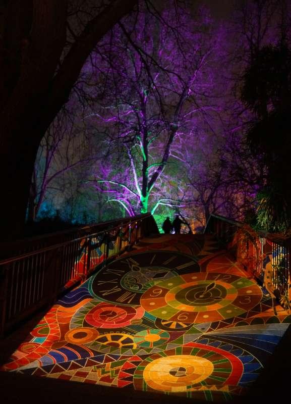 Ein beeindruckender Lichterteppich über die Brücke am Kutzerweiher (Foto: Holger Knecht)