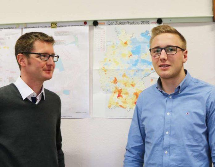 Felix Fischer (r.) absolviert bei der Weinheimer Wirtschaftsförderung den Praxisteil seines Dualen Studiums in BWL (Foto: Stadt Weinheim)