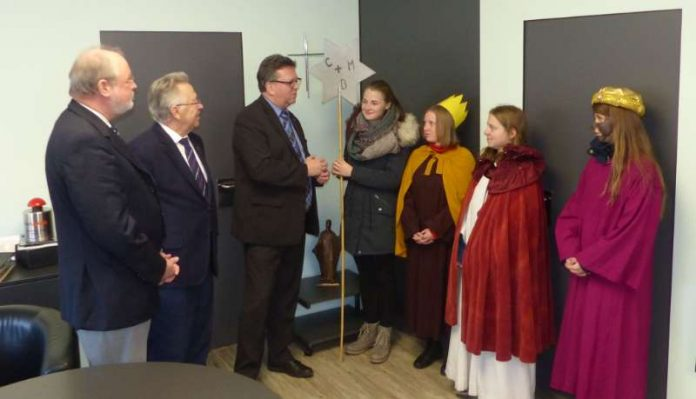 Kreisbeigeordneter Manfred Gräf, Kreisbeigeordneter Konrad Heller und Landrat Clemens Körner empfangen den Segen der Sternsingergruppe aus Dudenhofen. (Foto: Kreisverwaltung)