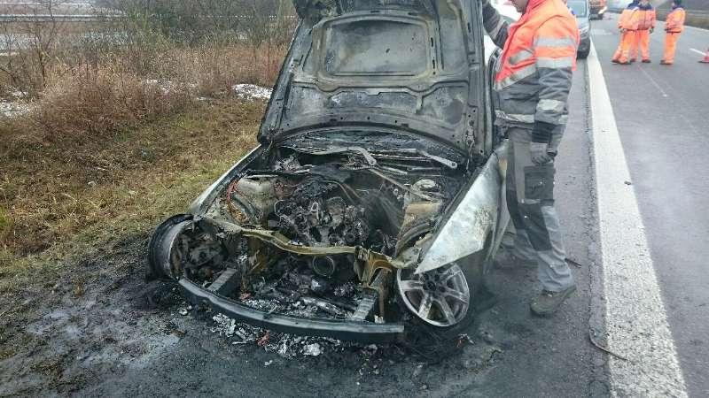 Der BMW wurde bei dem Brand zerstört (Foto: Polizei RLP)
