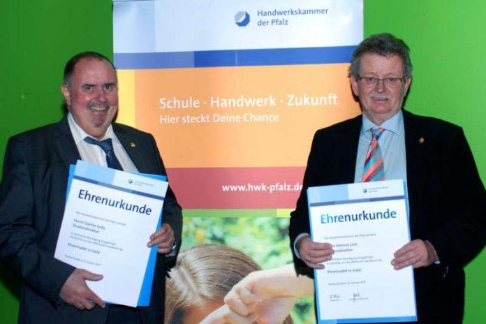Die Studiendirektoren Helmut Linn und Günter Foltz erhielten die Ehrennadel in Gold (Foto: BBS)