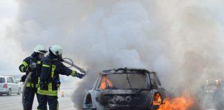 Der PKW brannte aus (Foto: Tibor Czemmel , Feuerwehr)
