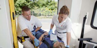 Patientin auf Trage wird behandelt (Foto: Köhler/DRK)