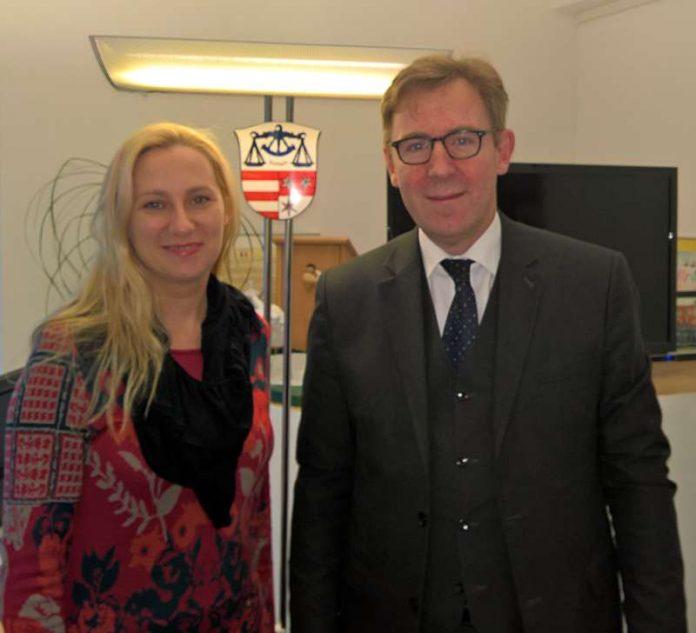 Erste Kreisbeigeordnete Diana Stolz im Gespräch und Bürgermeister Holger Schmitt (Foto: Kreis Bergstraße)