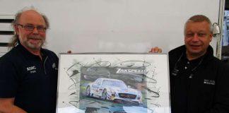 Künstler Walter-Heinz Glaß aus Lambrecht überreicht Zakspeed-Teamchef Peter Zakowski (rechts) ein Gemälde vom siegreichen Mercedes-AMG der Saison 2015 (Foto: Michael Sonnick)