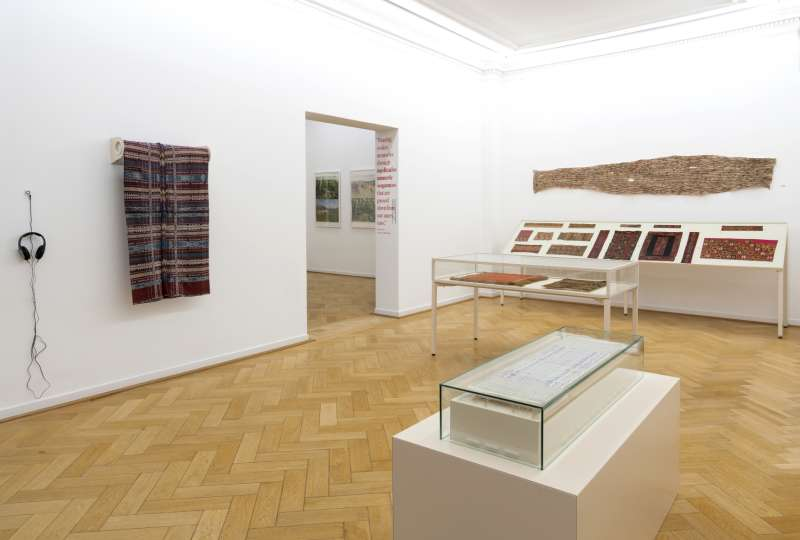 Blick in die Ausstellung 'Der rote Faden' im Weltkulturen Museum (Foto: Wolfgang Günzel)