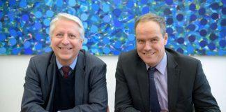 Prof. Dr. Bernhard Eitel (links), Rektor der Universität Heidelberg, und Oberbürgermeister Dr. Eckart Würzner vereinbarten im Rathaus die Verbindung der WLAN-Netze von Stadt und Universität. (Foto: Philipp Rothe)
