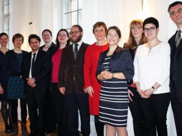 Treten am 1. März ihren Dienst als Pfarrer an: Die neuernannten Stelleninhaber mit Oberkirchenrätin Marianne Wagner (5.von rechts) (Foto: EKP)